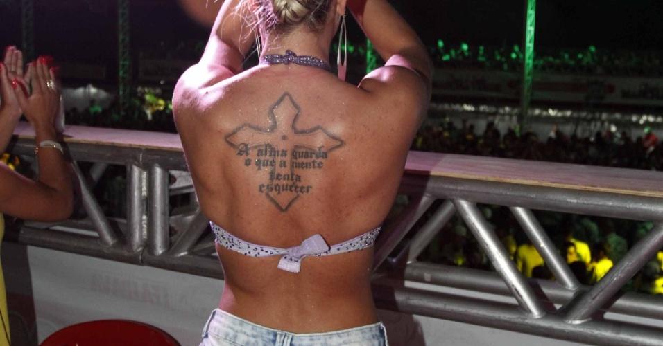 27.jan.2013 - No ensaio, a ex-panicat exibiu sua tatuagem nas costas
