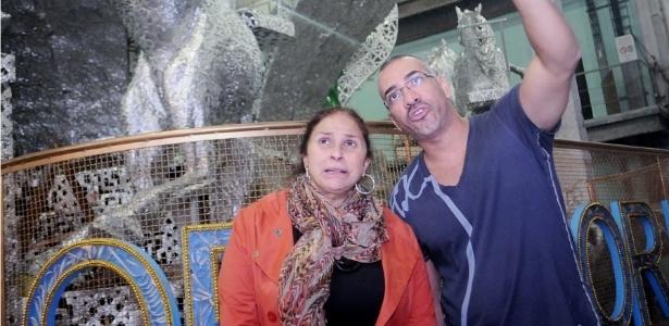 29.jan.2013 - Ao lado do carnavalesco Cahê Rodrigues, Fafá de Belém visita o barracão da Imperatriz Leopoldinense. Ela desfilará na escola que levará para a avenida o enredo
