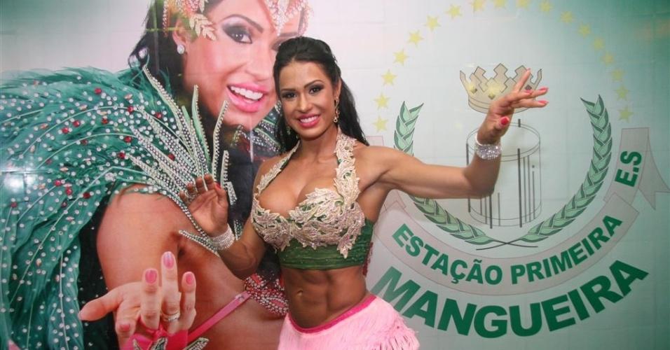 Jan.2013 - Gracyanne Barbosa posa à frente de pôster na quadra da Mangueira