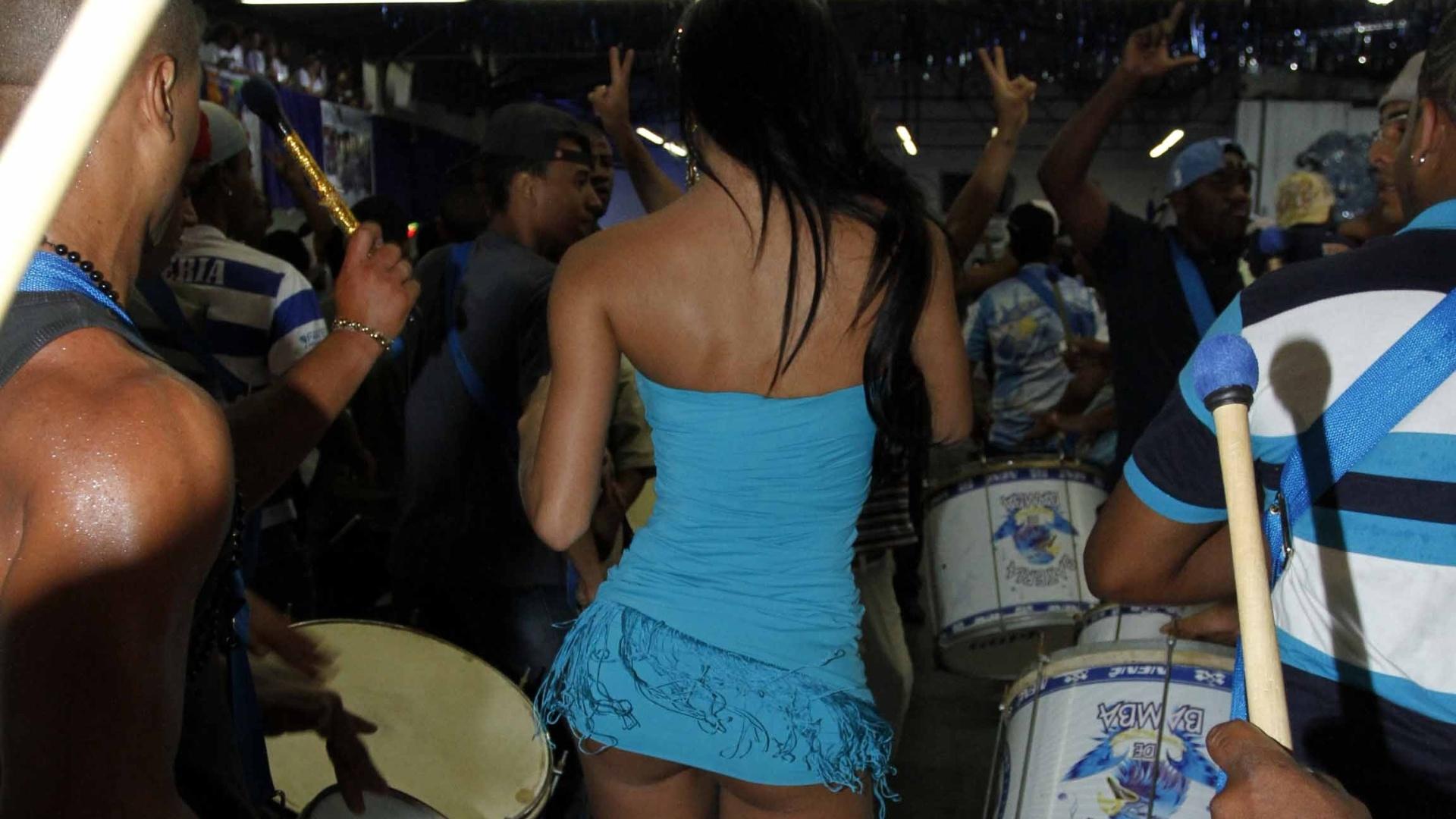 30,jan.2013 - A Gata do Paulistão 2012, Lorena Bueri, participa de ensaio na Quadra da Nenê de Vila Matilde, em São Paulo