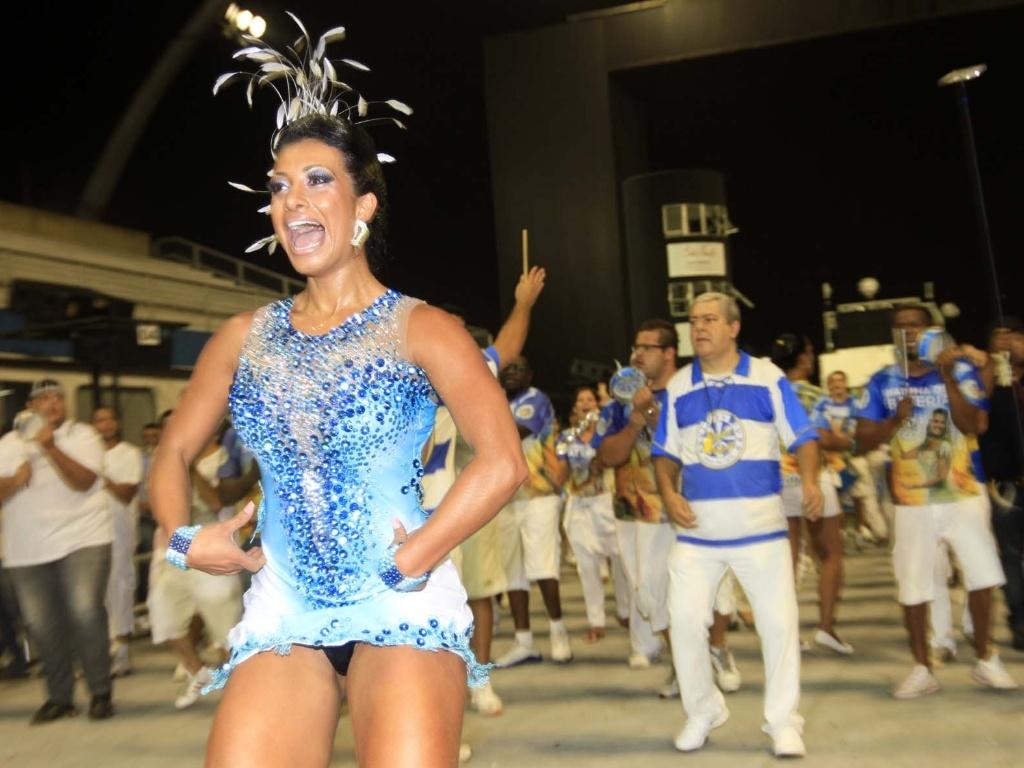 1.fev.2013 - A madrinha da Águia de Ouro, Cinthia Santos, samba no ensaio técnico da escola no Anhembi, em São Paulo