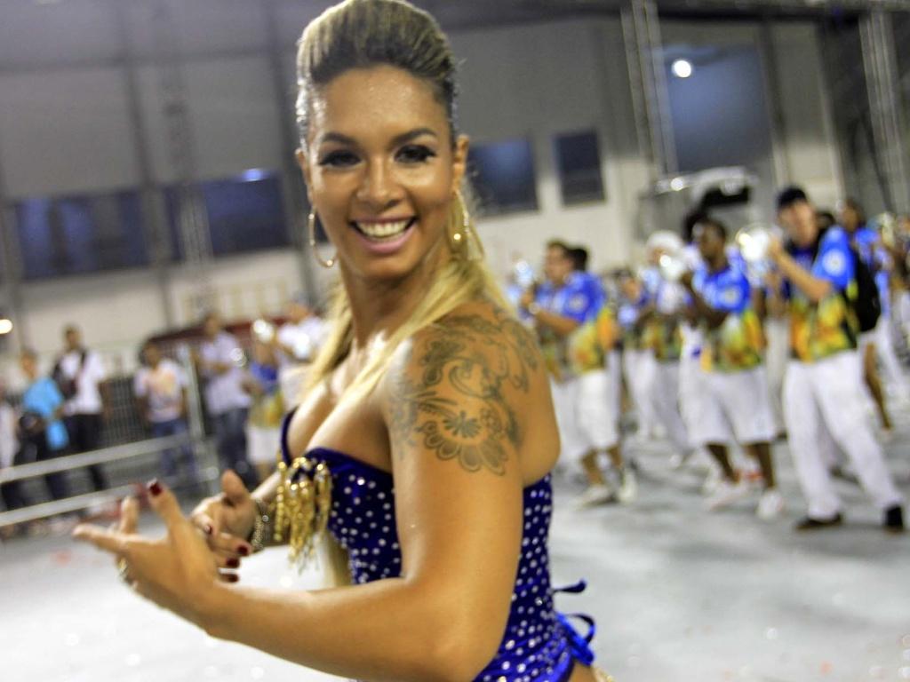 1.fev.2013 - A rainha de bateria da Águia de Ouro, Milena Nogueira, samba no ensaio técnico da escola no Anhembi, em São Paulo
