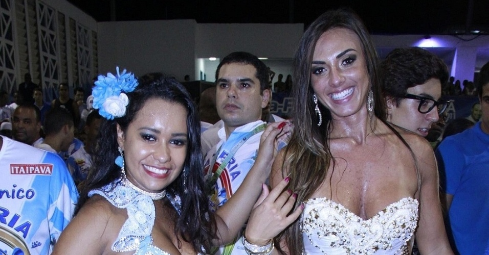 31.jan.2013 - A rainha de bateria Raíssa Oliveira samba com a musa Nicole