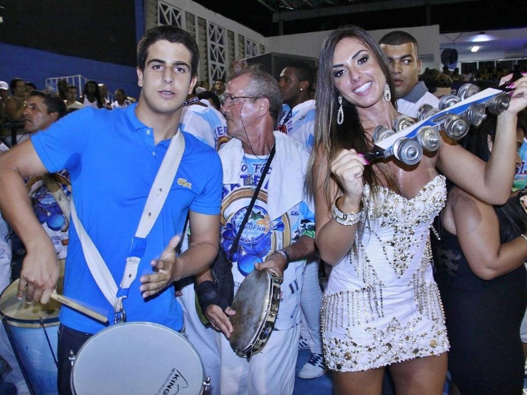 31.jan.2013 - O jovem Enzo, filho de Edson Celulari e Claudia Raia, ensaia com a bateria da Beija-Flor, ao lado de Nicole