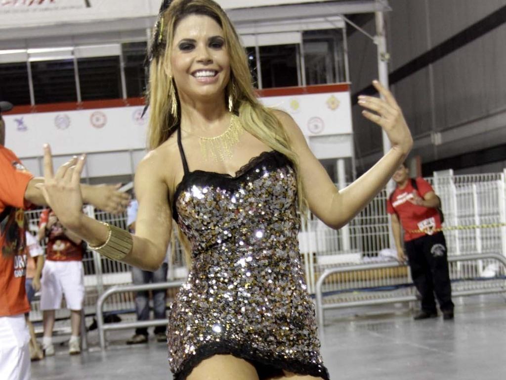 1.fev.2013 - Cacau Colucci samba no ensaio técnico da Dragões da Real no sambódromo do Anhembi, em São Paulo
