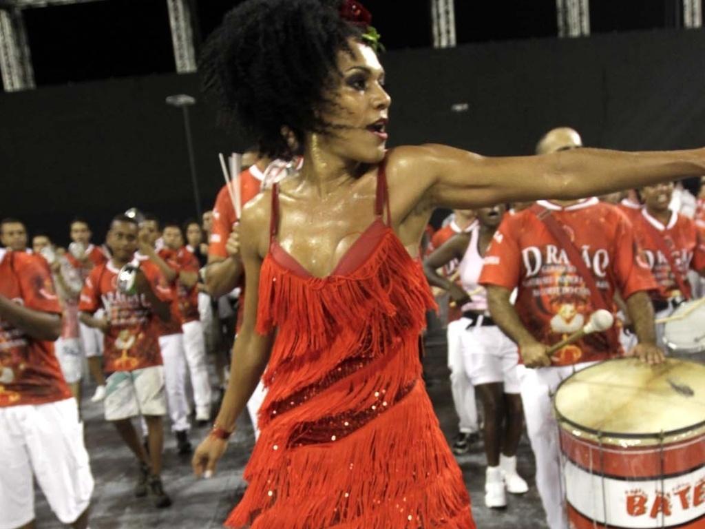 1.fev.2013 - Simone Sampaio samba no ensaio técnico da Dragões da Real no sambódromo do Anhembi, em São Paulo