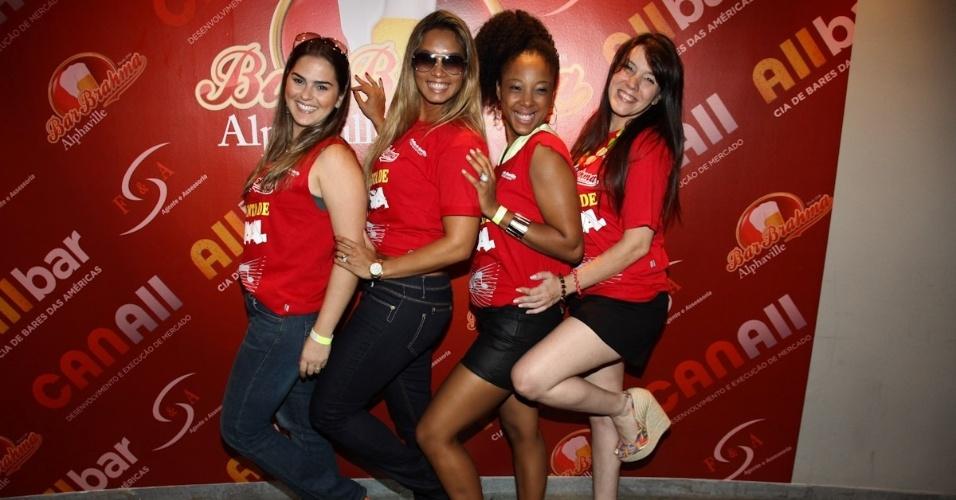 2.fev.2013 -  Thiara Palmieri, Milena Nogueira, Negra Li e Simony curtem o esquenta oficial do camarote Bar Brahma em Alphaville, em Barueri. O evento teve feijoada, chopp e muito samba