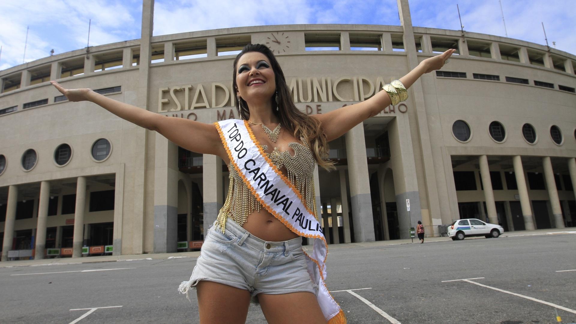 2.fev.2013 - A atriz Maísa Magalhães, musa da escola Águia de Ouro, recebe a faixa de top do carnaval paulista