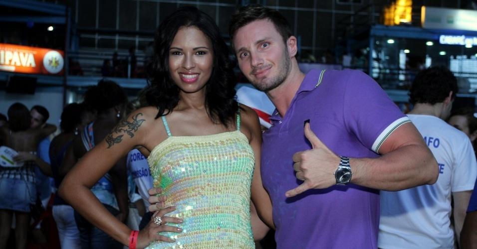 2.fev.2013 - Ariadna e namorado vão à festa de seu aniversário de Sabrina Sato na quadra da Vila Isabel, no Rio de Janeiro