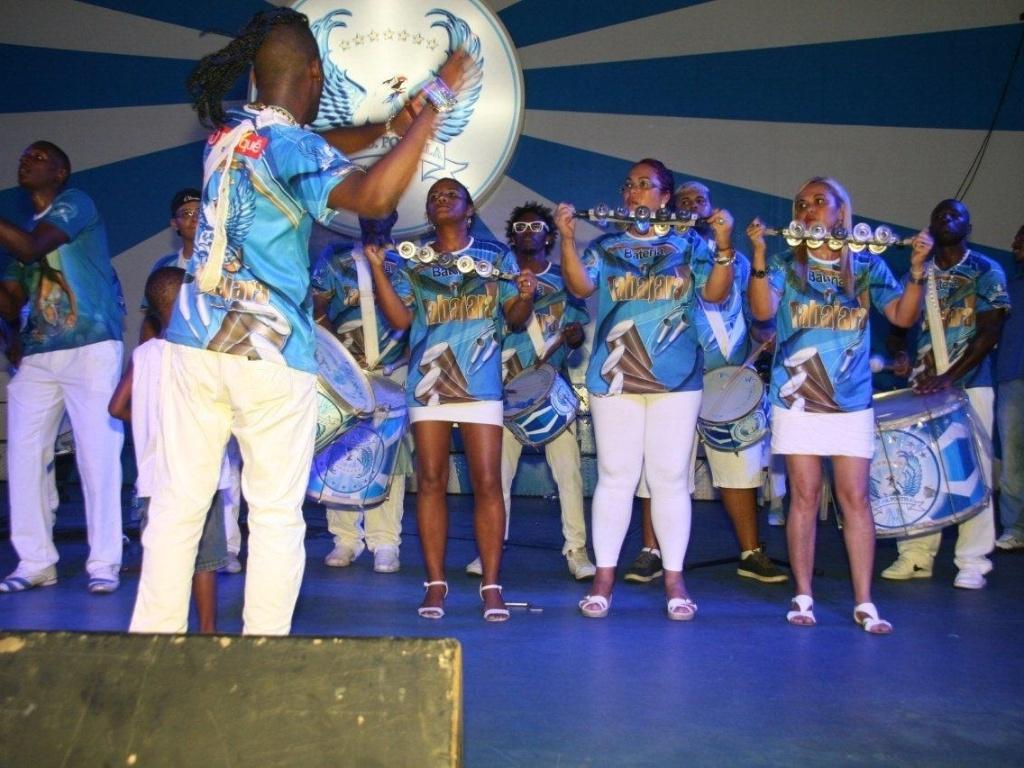 2.fev.2013 - Bateria anima o público durante feijoada da escola de samba Portela no Rio de Janeiro