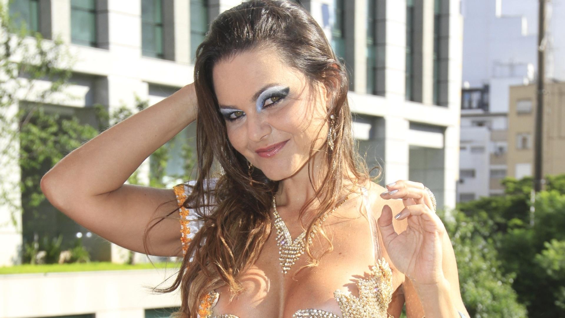 2.fev.2013 - Musa da escola Águia de Ouro, a atriz Maísa Magalhães recebe a faixa de top do carnaval paulista