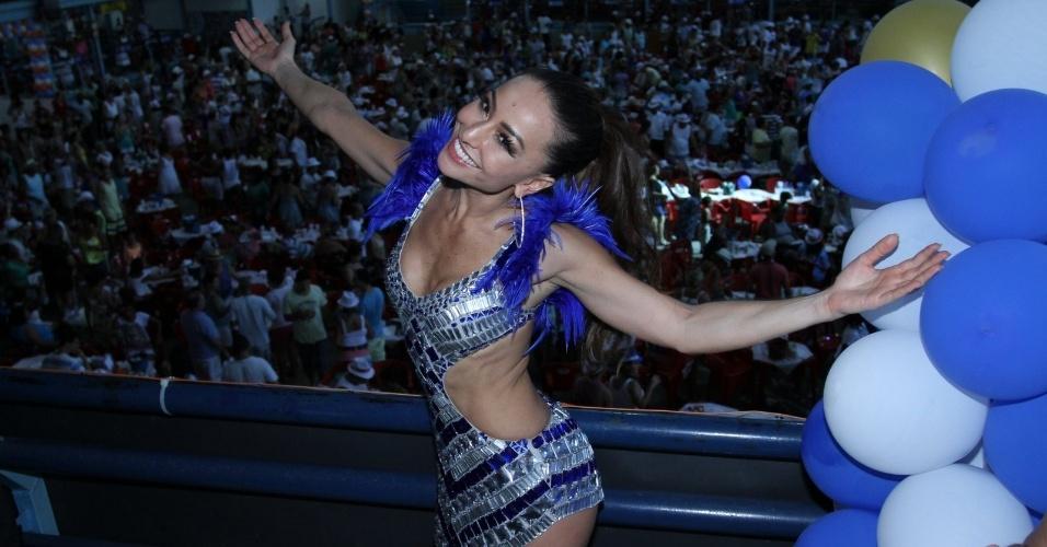 2.fev.2013 - Sabrina Sato curte feijoada na quadra da Vila Isabel, no Rio de Janeiro. A apresentadora comemora seus 32 anos na quadra da escola
