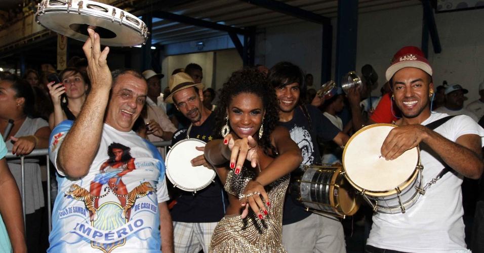 3.fev.2013 -  A assistente de palco do Melhor do Brasil, Valeska Reis samba no ensaio técnico da escola de samba Unidos da Casa Verdede São Paulo, no Anhembi.