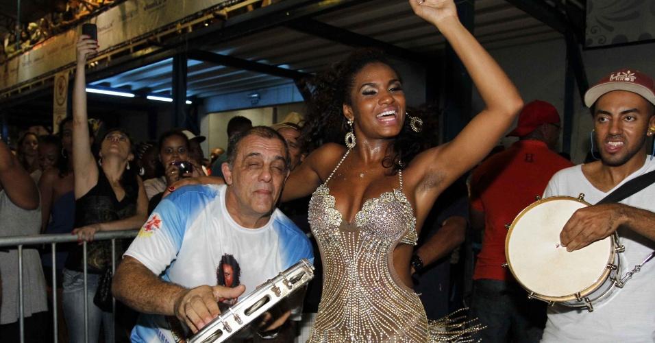 3.fev.2013 -  A assistente de palco do Melhor do Brasil, Valeska Reis samba no ensaio técnico da escola de samba Unidos da Casa Verdede São Paulo, no Anhembi