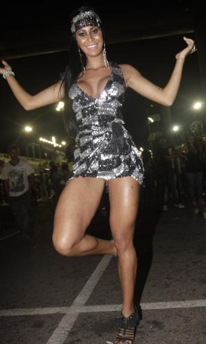 3.fev.2013 - A gata do Paulistão 2012, Lorena Bueri samba com sua revista Sexy na mão no ensaio técnico da escola de samba Nenê de Vila Matilde de São Paulo, no Anhembi