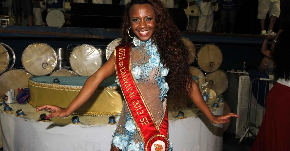 3.fev.2013 -  A musa do Carnaval 2013, Cintia Maia samba no ensaio técnico das escolas de samba de São Paulo, no Anhembi