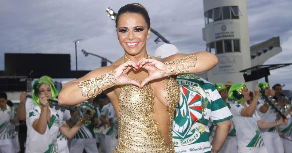 3.fev.2013 - A rainha da Mancha Verde Viviane Araújo samba durante ensaio técnico das escolas de samba no sambódromo, em São Paulo