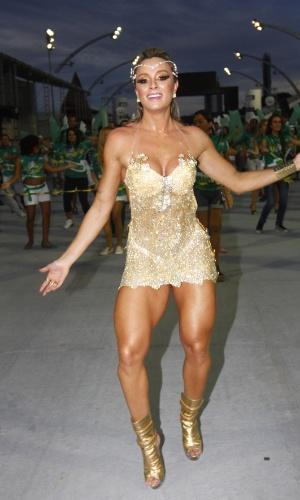 3.fev.2013 - A rmusa da Mancha Verde Juju Salimeni samba durante ensaio técnico das escolas de samba no sambódromo, em São Paulo