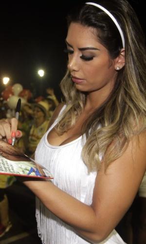 3.fev.2013 - A vice-Miss Bumbum 2011 Graciela Carvalho samba com sua revista Sexy na mão no ensaio técnico das escolas de samba de São Paulo, no Anhembi