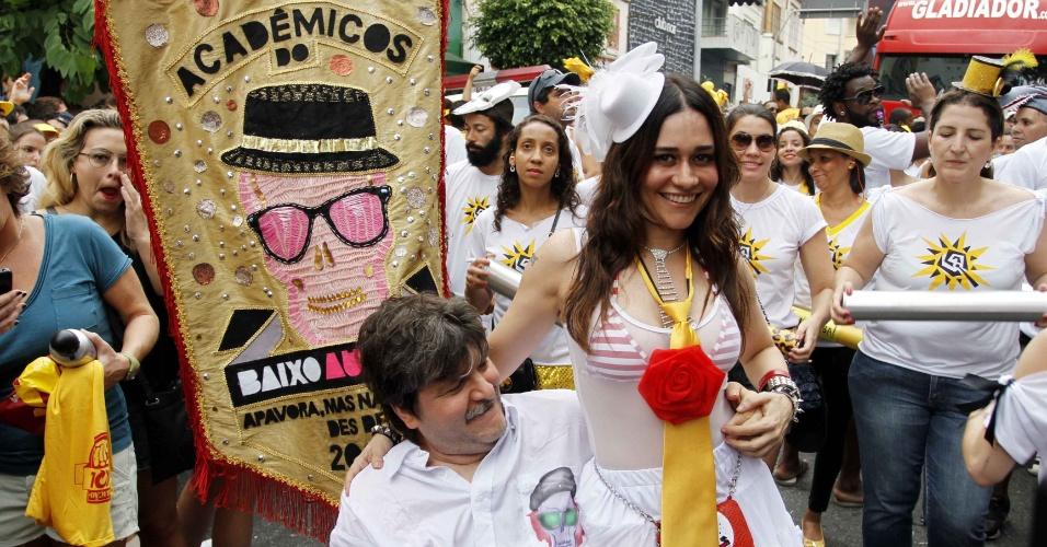 3.fev.2013 - Alessandra Negrini e o jornalista Marcelo Rubens Paiva desfilam no bloco Acadêmicos do Baixo Augusta, em São Paulo