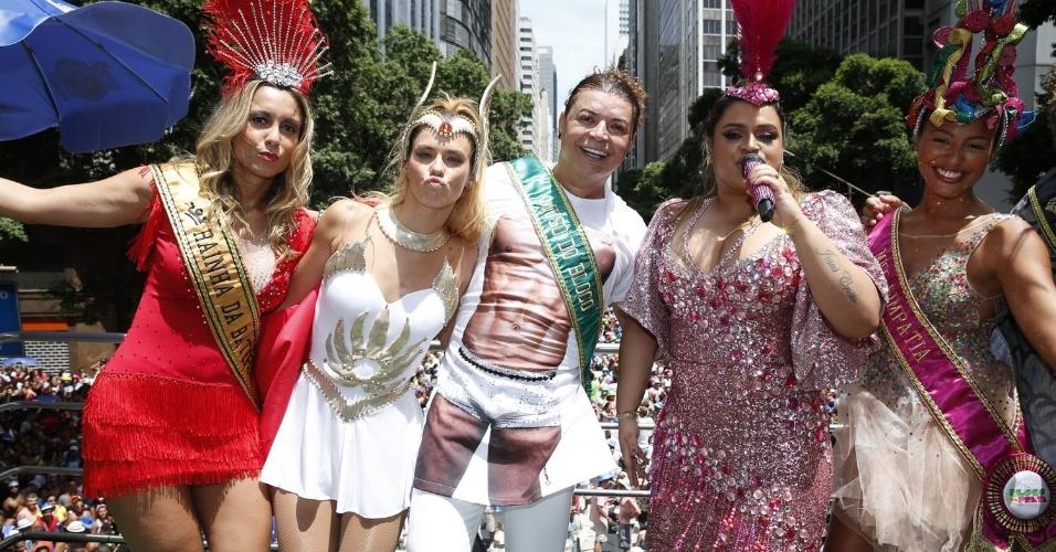 3.fev.2013 - Com Carolina Dieckmann, David Brazil e Sheron Menezes, Preta Gil se prepara para botar seu bloco nas ruas do centro do Rio de Janeiro