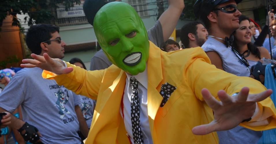 3.fev.2013 - Folião se fantasia do personagem O Máscara para desfilar no bloco Suvaco de Cristo pelas ruas do Jardim Botânico, no Rio de Janeiro