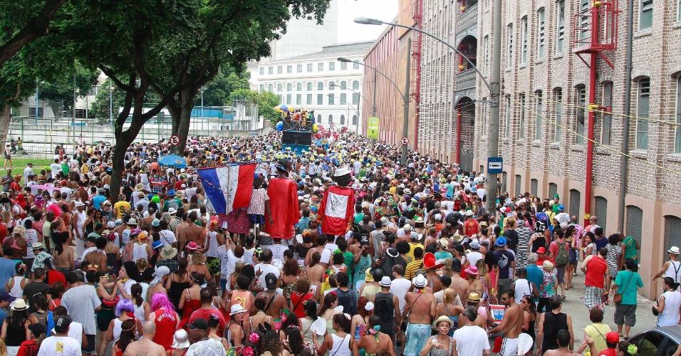 3.fev.2013 - Foliões se divertem no bloco Escravos da Mauá, que passa pela Zona Portuária do Rio de Janeiro