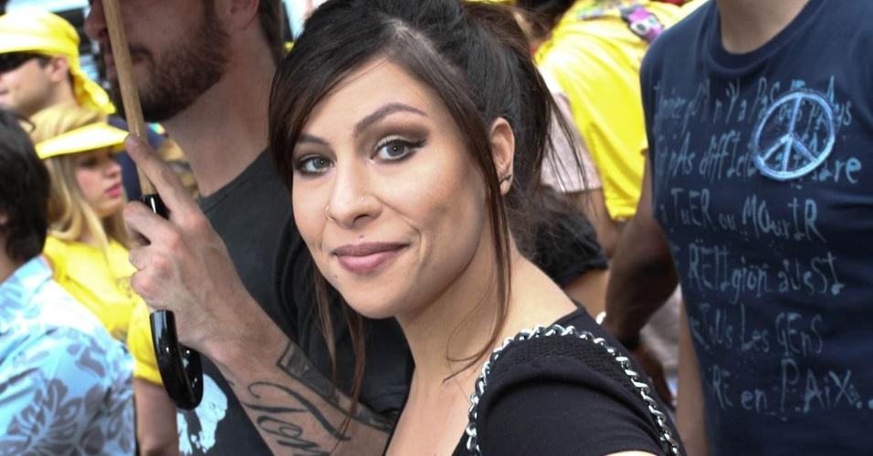 3.fev.2013 - Madrinha do bloco, Pitty curte o Carnaval de São Paulo no bloco Acadêmicos do Baixo Augusta