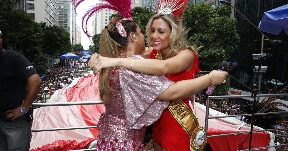3.fev.2013 - Preta Gil abraça rainha da bateria, a ex-BBB Lia Khey, durante passagem do seu bloco para as ruas do centro do Rio de Janeiro