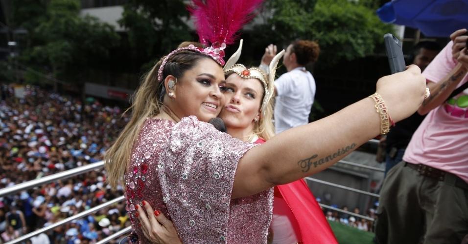 3.fev.2013 - Preta Gil e Carolina Dieckmann se divertem no Bloco da Preta, que passa pelas as ruas do centro do Rio de Janeiro