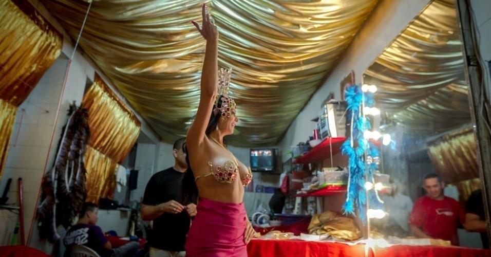 1.fev.2013 Durante a prova de sua fantasia para o Carnaval 2013, Cozete brincou muito, sambou, mostrou que está com o enredo da escola na ponta da língua e arriscou até uma coreografia