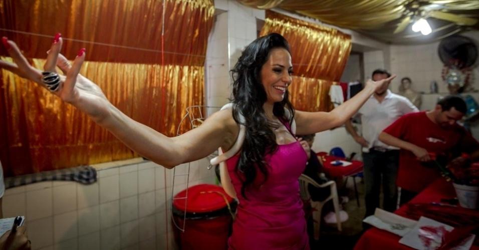 1.fev.2013 Empolgada com a participação no desfile da Tom Maior, escola da Zona Oeste de São Paulo, enquanto fazia a prova da fantasia Cozete sambou e dançou em frente a um espelho