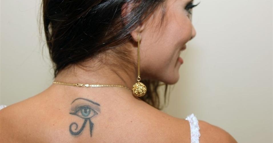 Jan.2013 - Carla Prata mostra a tatuagem que tem abaixo da nuca, um olho de Hórus desenhado com a cor de seus olhos, azuis