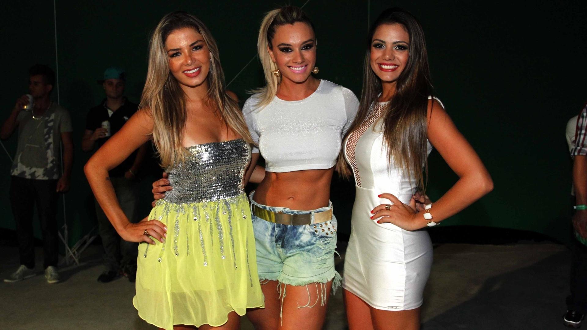 5.fev.2013 - A modelo Tassiana Dumanis, Juju Salimeni e Talita D'Oro no último ensaio da Mancha Verde, em São Paulo