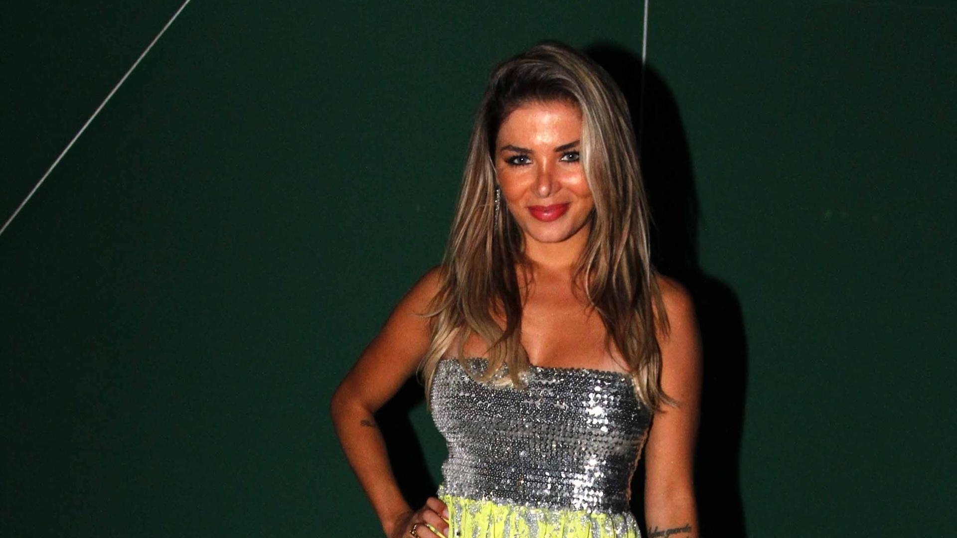 5.fev.2013 - A modelo Tassiana Dumanis participa do último ensaio da Mancha Verde, em São Paulo