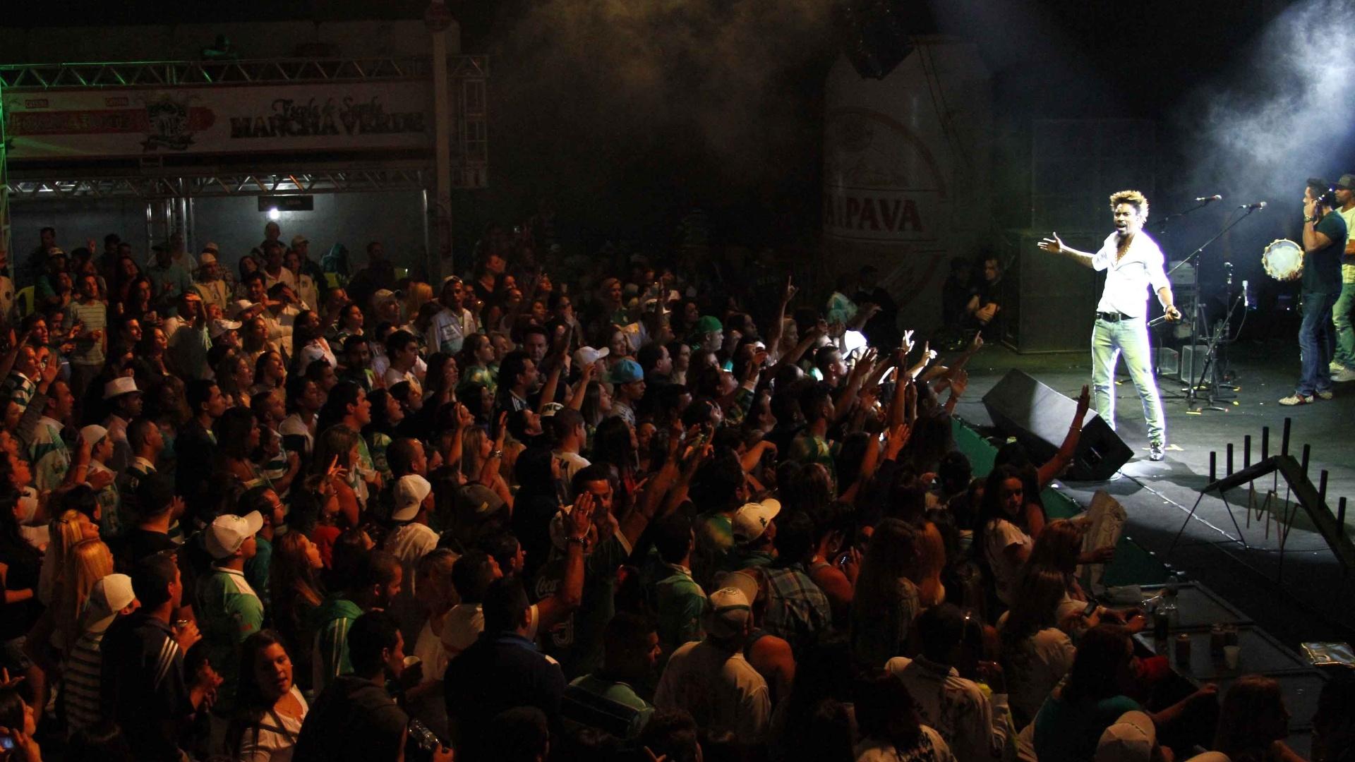 5.fev.2013 - Grupo Pixote faz show na quadra da Mancha Verde, em São Paulo