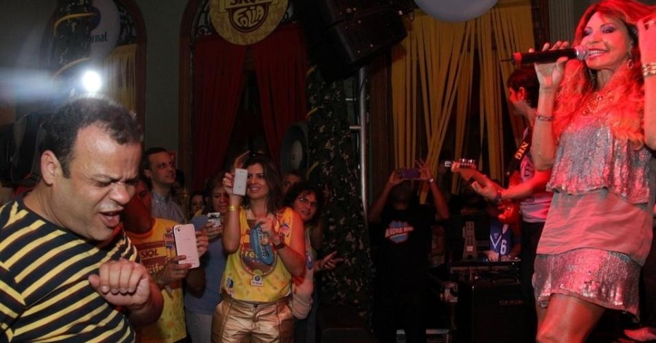 5.fev.2013 - O ex-BBB Daniel curte show de Elba Ramalho no camarote da Skol, em Recife, no pré-carnaval da capital pernambucana