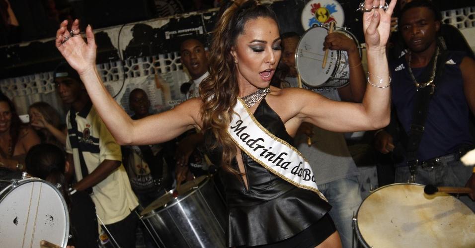 5.fev.2013 - Sabrina Sato, madrinha da Gaviões da Fiel, comemora seu aniversário na quadra da escola no último ensaio antes do desfile oficial da agremiação