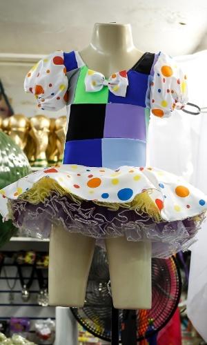 6.fev.2013 As fantasias para crianças também estão à venda em diversos modelos. Essa de palhaçinha, por exemplo, sai por R$128