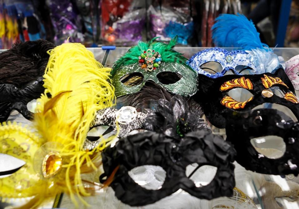 6.fev.2013 As máscaras características do Carnaval estão disponíveis em diversos modelos e cores. Os preços variam de R$25 a R$90