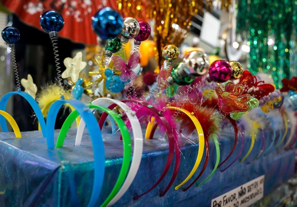 6.fev.2013 As tiarinhas com antenas coloridas é possível encontrar por R$2,50 a unidade