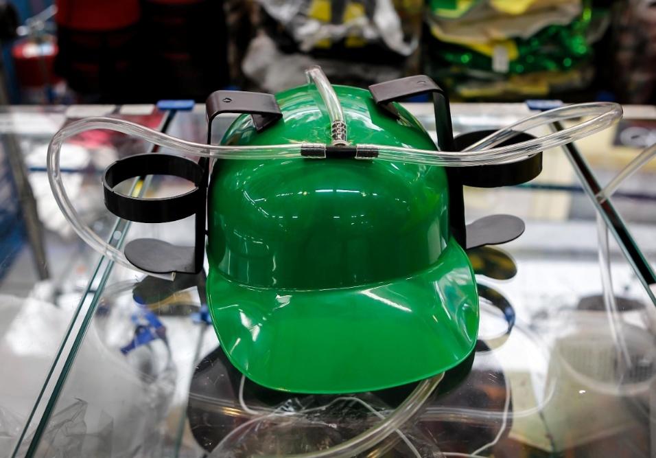 6.fev.2013 Na região da 25 de março, em São Paulo, é possível encontrar diversos adereços e fantasias para usar e curtir o Carnaval. Este capacete, por exemplo, vem com um porta latinha e custa R$20