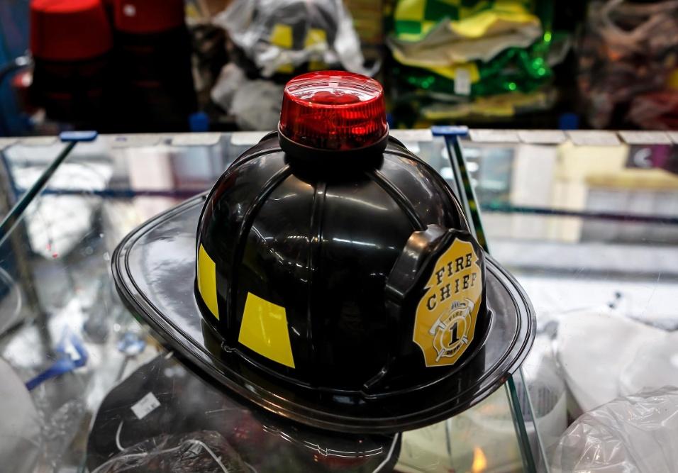 6.fev.2013 Um dos mais vendidos no Carnaval de 2012, o capacete de bombeiro tem sirene embutida, que funciona a base de pilha, e custa R$20