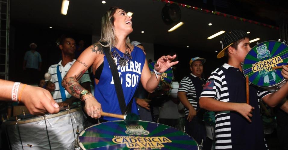 6.fev.2013 - Dani Bolina participa do último ensaio da escola de samba paulista Unidos de Vila Maria para o Carnaval 2013, que aconteceu na quadra da agremiação
