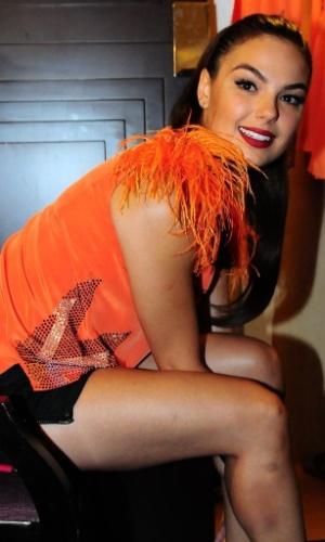 7.fev.2013 - A atriz Isis Valverde se preparando para pular o Carnaval no Hotel Convento do Carmo em Salvador