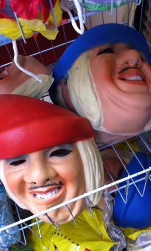 7.jan.2013 - Máscara do político Tiririca é vendida na Saara, centro do Rio, por R$ 5