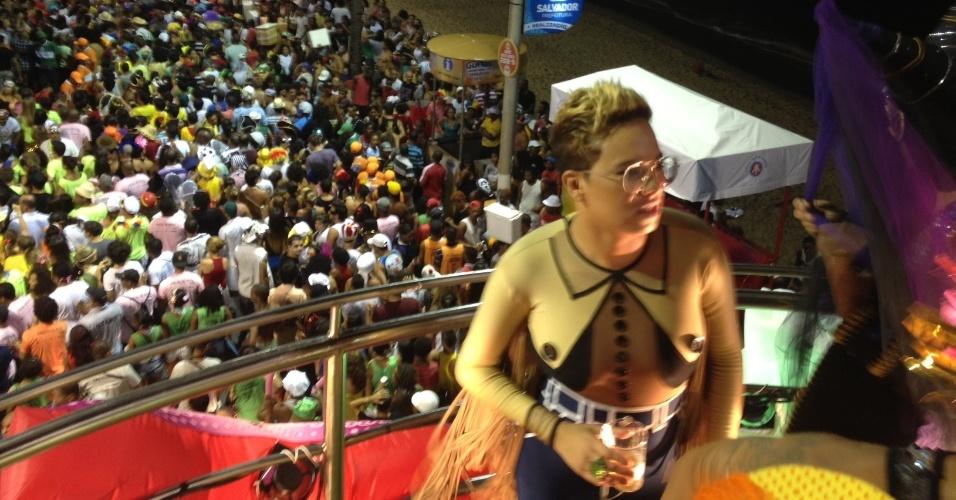 7.fev.2013 - A cantora Maria Gadú curte o Carnaval no bloco Os Mascarados do circuito Barra-Ondina, em Salvador