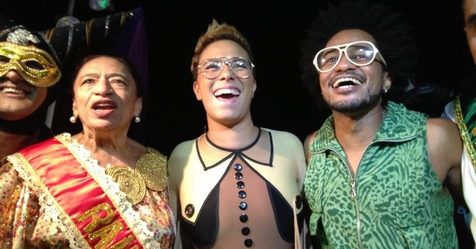 7.fev.2013 - A Rainha Licia Fabio e os cantores Maria Gadú e Magary Lord se divertem no bloco Os Mascarados, em Salvador
