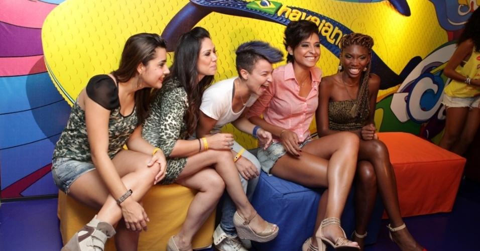 "7.fev.2013 - Participantes do programa ""The Voice Brasil"" no camarote Contigo! durante o Carnaval de Salvador"