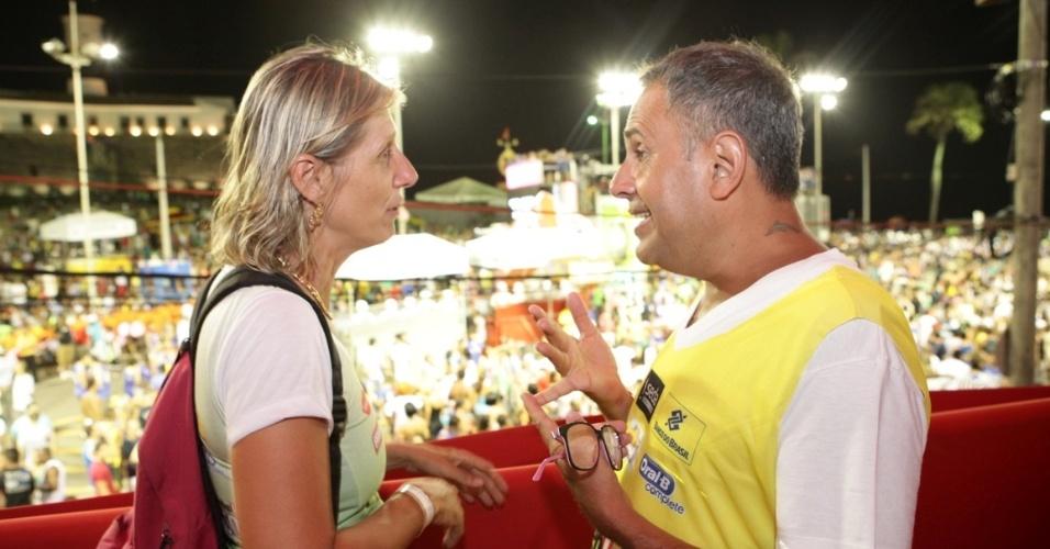 7.fev.2013 - Claudia Giudice e Paulo Borges no camarote Contigo! durante o Carnaval de Salvador